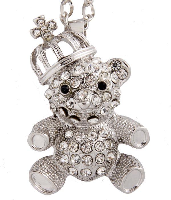 Подвеска Мишка в короне. Бижутерный сплав, кристаллы. Корея, конец ХХ векаОС27612Подвеска Мишка в короне. Бижутерный сплав, кристаллы. Корея, конец ХХ века. Размер 5 х 3,5 см. Длина цепочки 70 см. Сохранность хорошая. Предмет не был в использовании. Подвеска в форме мишки оригинально дополнит любой Ваш наряд. Украшен кулон сверкающими кристаллами. Эта оригинальная подвеска станет изысканным украшением для романтичной и творческой натуры и гармонично дополнит Ваш наряд, станет завершающим штрихом в создании образа.