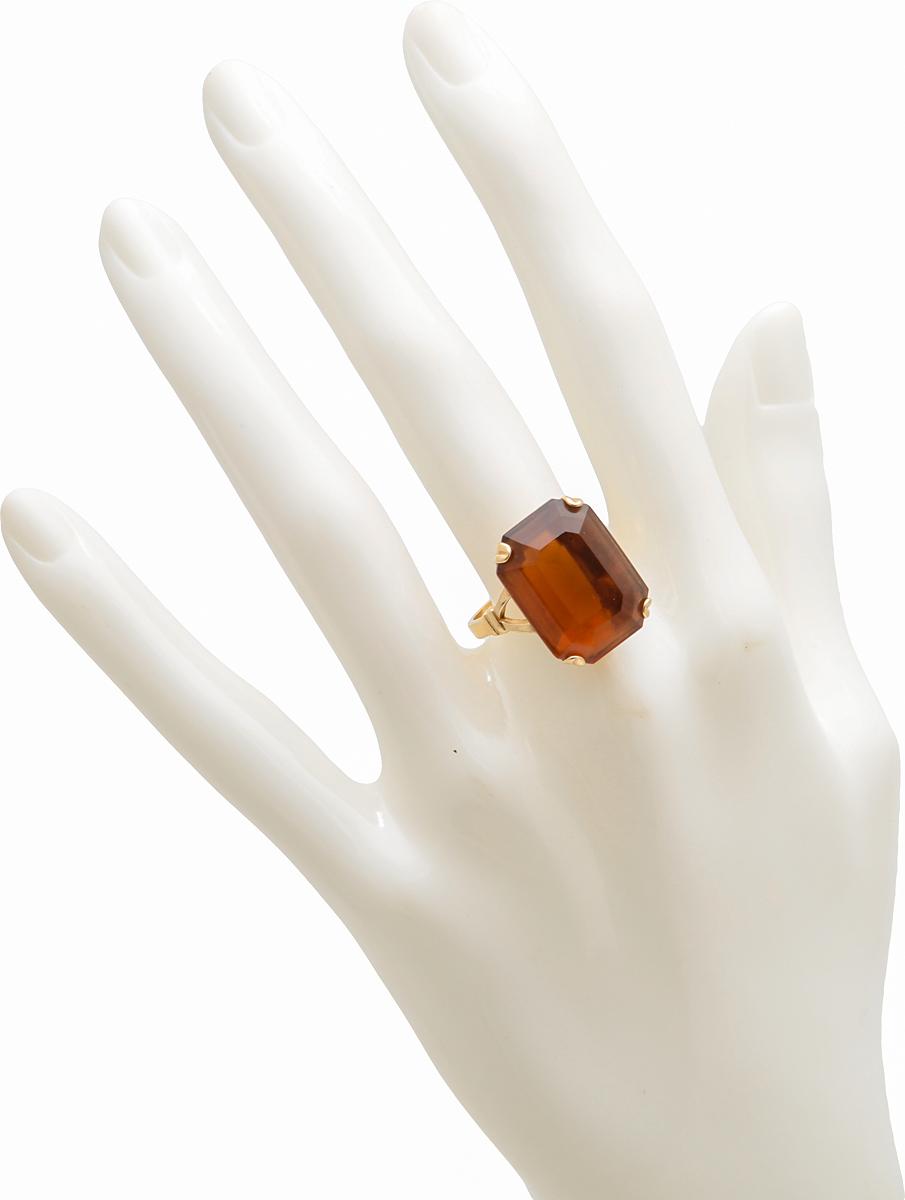 Винтажное кольцо-перстень Герцогиня от Avon. Ювелирный сплав золотого тона, крупный кристалл медового цвета. США, 1970-е годыER0025Винтажное кольцо-перстень Герцогиня от Avon. Ювелирный сплав золотого тона, крупный кристалл медового цвета. США, 1970-е годы. Размер кольца 18 Размер декоративного элемента: 1,5 х 2 см. Сохранность отличная. На внутренней стороне кольца стоит клеймо: Avon.
