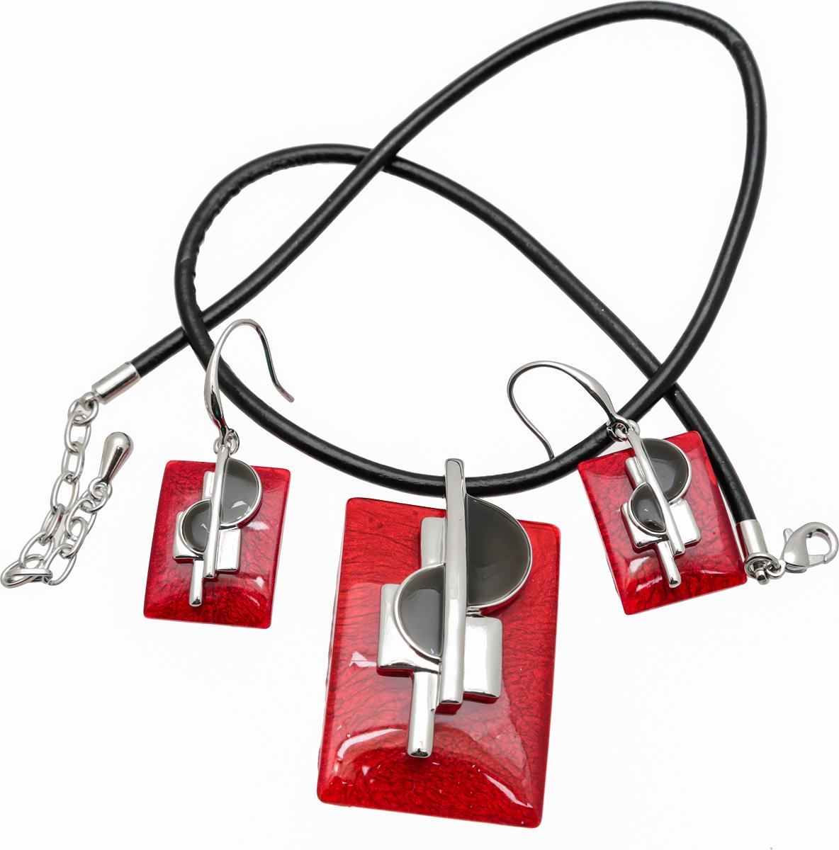 Комплект Джаз: кулон на шнурке и серьги от D.Mari. Ювелирный акрил, эмаль, искусственная кожа, бижутерый сплав серебряного тона. Гонконг356885Комплект Джаз: кулон на шнурке и серьги от D.Mari. Ювелирный акрил, эмаль, искусственная кожа, бижутерый сплав серебряного тона. Гонконг. Размеры: Шнурок - полная длина 40-46 см, регулируется за счет застежки-цепочки. Кулон - 4,5 х 3 см. Серьги - 4 х 2 см.