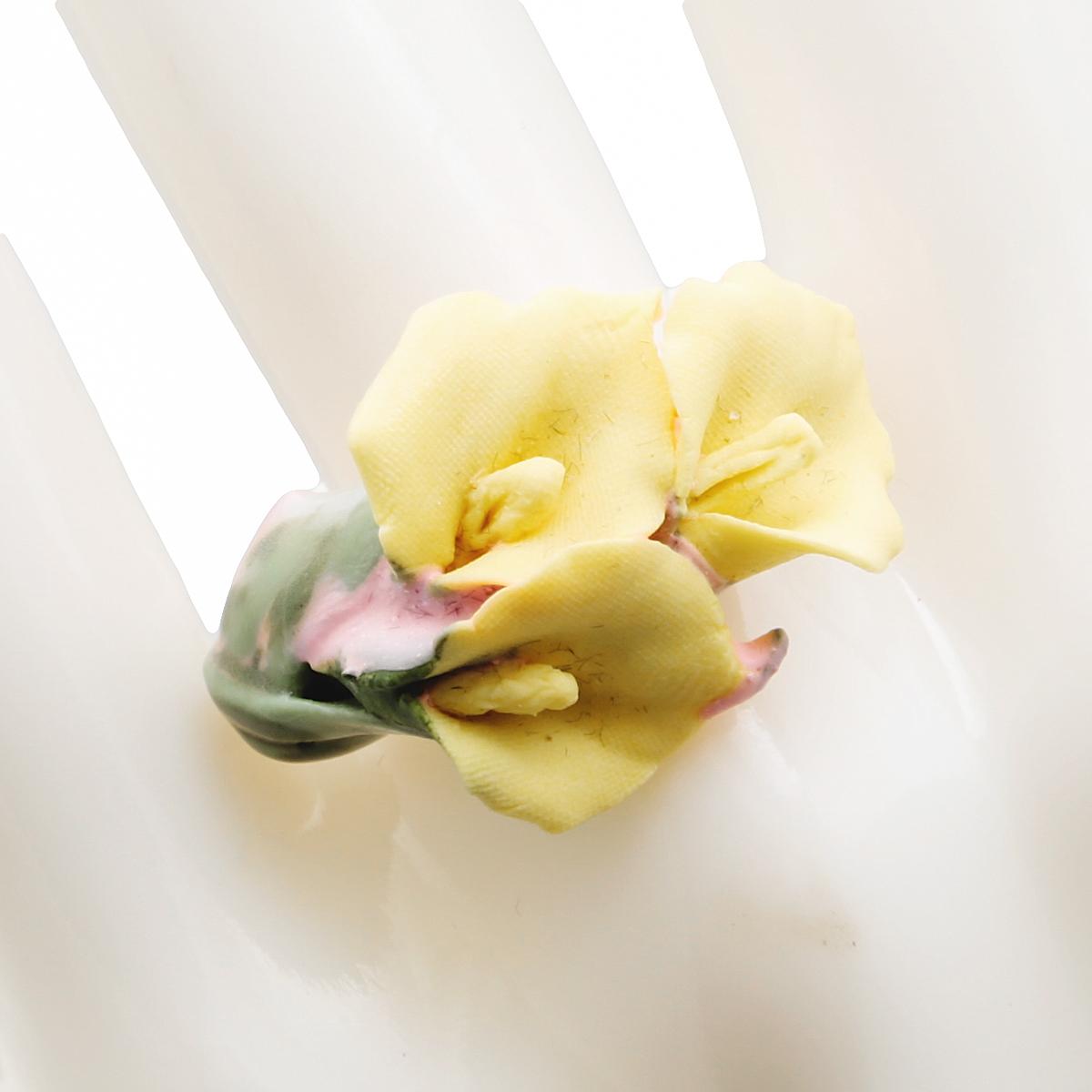Кольцо коктейльное Желтые каллы. Фарфор, роспись, ручная авторская работа. Россия кольцо коктейльное