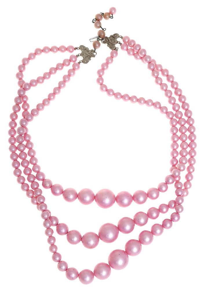 Винтажные бусы Розовый фламинго от Japan. Ювелирный пластик нежно-розового тона, бижутерный сплав серебряного тона. Япония, 1970-е годыT-B-10172-NECK-BZ.MULTIВинтажные бусы Розовый фламинго от Japan. Ювелирный пластик нежно-розового тона, бижутерный сплав серебряного тона. Япония, 1970-е годы. Бусы состоят из трех рядов. Длина внутренней нити 50 см. Дополнительная цепочка 7 см. Сохранность очень хорошая. На замочке стоит клеймо Japan.