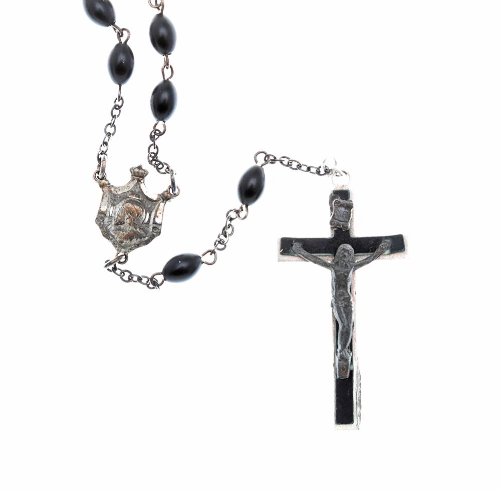 Винтажный католический розарий. Металл серебряного тона, ювелирный пластик черного цвета. Италия, 1970-е годыT-B-5854-BRAC-GL.BURGANDYВинтажный католический розарий. Металл серебряного тона, ювелирный пластик черного цвета. Италия, 1970-е годы. Размер креста 2,5 х 5 см. Размер медальона 1,5 х 1,5 см. Длина цепочки с бусинами 82 см. Сохранность хорошая.