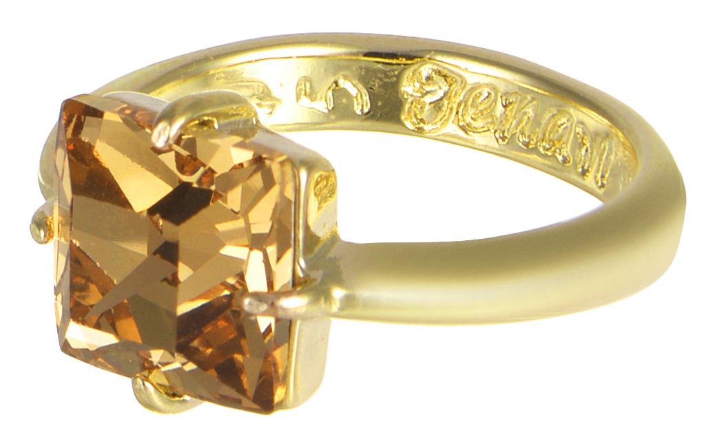 Кольцо Jenavi Циркония. Ларен SW, цвет: золотой. r664p025. Размер 16r664p025Кольцо Jenavi Ларен SW из коллекции Циркония изготовлено из гипоаллергенного ювелирного сплава с позолотой и украшено ярким кристаллом Swarovski классической квадратной формы. Очарованию этого аксессуара невозможно противостоять. Это позолоченное колечко станет прекрасным аксессуаром для современной модницы, которая любит демонстрировать передовые взгляды и надевать самые актуальные украшения. Сочетание крупного искрящего переливами солнечных бликов кристалла Swarovski с нежной элегантностью тонкого позолоченного кольца всегда будет актуальным.