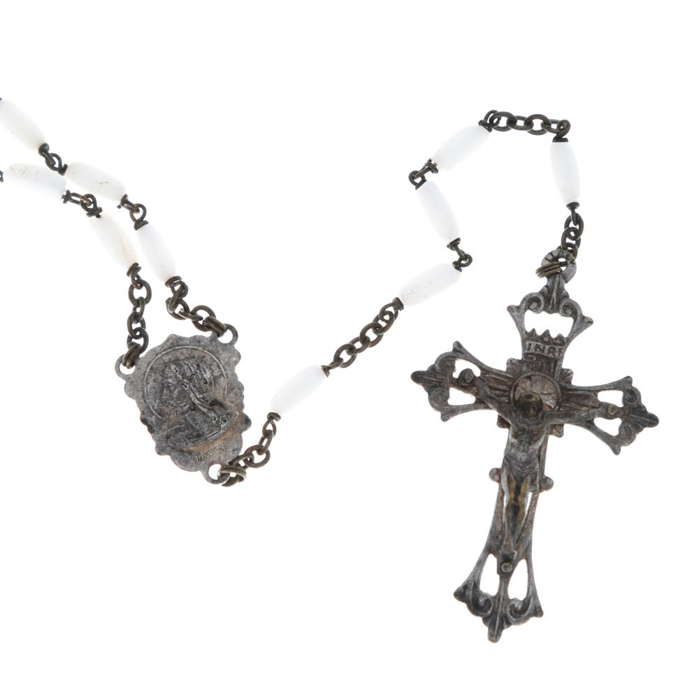 Винтажный католический розарий. Металл серебряного тона, ювелирный пластик перламутрового тона. Италия, 1970-е годыОС23825Винтажный католический розарий. Металл серебряного тона, ювелирный пластик перламутрового тона. Италия, 1970-е годы. Размер креста 3 х 4,5 см. Размер медальона 1,4 х 1,8 см. Длина цепочки с бусинами 76 см. Сохранность очень хорошая. На внутренней стороне креста стоит клеймо ITALY.