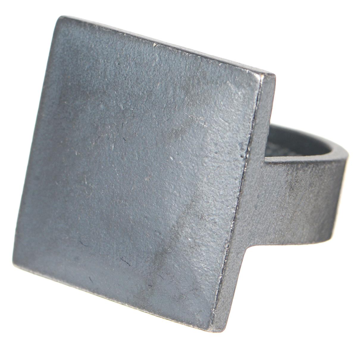 Кольцо Jenavi Mona. Хото, цвет: серый. k480o090. Размер 18k480o090Оригинальное кольцо от Jenavi Mona. Хото изготовлено из качественного металла с покрытием из черного оксида. Декоративная часть изделия выполнена в форме квадрата. Кольцо дополнено тисненой надписью с названием бренда на внутренней стороне. Такое кольцо сделает ваш образ интересным и подчеркнет вашу индивидуальность.