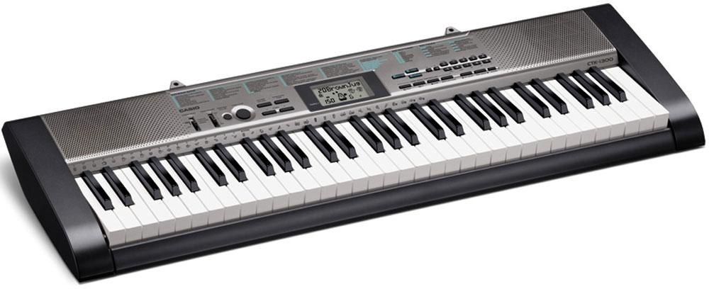 Casio CTK-1300, Black цифровой синтезаторCTK-1300Casio CTK-1300 дает новичкам превосходную возможность познакомиться с замечательным миром музыки: 100 тембров, в сочетании со 100 стилями и 50 пьесами для практики - отличный шанс на успех. Жидкокристаллический дисплей гарантирует удобство при работе с инструментом, а продвинутая система обучения - эффективную тренировку навыков. Управление инструментом осуществляется легче, чем CD-плеером. Дизайн модели радует ультра компактностью и выполнен в черном цвете.