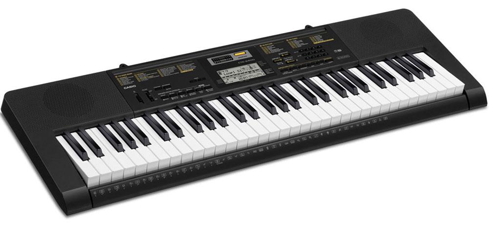 Casio CTK-2400, Black цифровой синтезаторCTK-2400Где бы вы не находились, компактный цифровой синтезатор Casio CTK-2400 сможет собрать воедино все частички вашего музыкального опыта, и выразить его в вашей игре. Насладитесь качеством 400 тембров процессора AHL и познакомьтесь с улучшенной функцией семплирования. Используя встроенный микрофон, легко создавать семплы, которые могут использоваться как часть ритмического аккомпанемента и эффекты. Дополнительные возможности, такие, как 150 стилей и пошаговая обучающая система сделают знакомство с миром музыки еще более интересным и увлекательным.