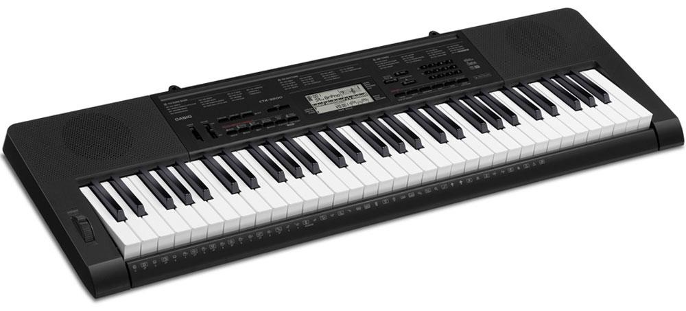 Casio CTK-3200, Black цифровой синтезаторCTK-3200Casio CTK-3200 - отличный старт для истинных музыкальных фанатов: 61 клавиша фортепианного типа и клавиатура, чувствительная к касанию предоставляет настоящее удовольствие от игры. Помимо клавиатуры, широкий спектр возможностей инструмента удивит даже искушенных музыкантов: в арсенале инструмента 150 стилей (в том числе русских и кавказских), функция сэмплирования, pitch bend, аудио вход для воспроизведения мр3 файлов и многие другие функции. К тому же новая пошаговая система обучения поможет в совершенствовании игровых навыков. С помощью же функции семплирования можно записывать голоса и звуковые спецеффекты напрямую через аудиовход, в дальнейшем используя их при игре с помощью кнопок Voice pad.