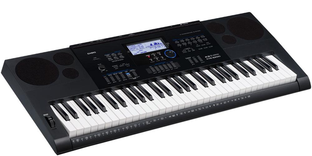 Casio CTK-6200, Black цифровой синтезаторCTK-6200Музыканты, которые ищут одновременно первоклассный по звучанию и мощный по творческим возможностям инструмент, сразу оценят модель СТК-6200. Огромные возможности обработки и создания собственных музыкальных композиций достигаются в СТК-6200 не только путем редактирования стилей или создания собственных уникальных тембров, но и за счет наличия функций, помогающих при игре в реальном времени (регистрационная память, арпеджиатор, авто гармонизатор). Также немаловажно наличие слота для SD карт, позволяющего записывать любые идеи на внешний цифровой носитель. Чувствительные к касанию клавиши фортепианного типа дают возможность экспрессивной игры с разными динамическими нюансами. Высококачественные 700 AHL тембров воссоздают чистые и динамичные звуки, которые можно использовать как для классических фортепианных произведений так и во многих других жанрах. 210 ритмов дают возможность яркого погружения в мир музыки. Арпеджиатор разделяет аккорд,...