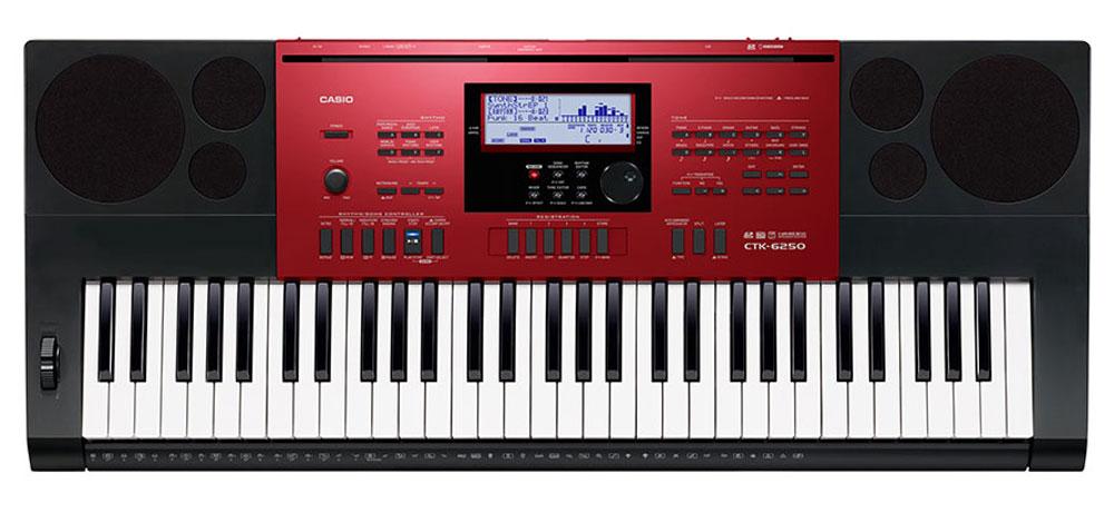 Casio CTK-6250, Red Black цифровой синтезаторCTK-6250Музыканты, которые ищут одновременно первоклассный по звучанию и мощный по творческим возможностям инструмент, сразу оценят Casio CTK-6250. Огромные возможности обработки и создания собственных музыкальных композиций достигаются в СТК-6250 не только путем редактирования стилей или создания собственных уникальных тембров, но и за счет наличия функций, помогающих при игре в реальном времени (регистрационная память, арпеджиатор, авто-гармонизатор). Также немаловажно наличие слота для SD карт, позволяющего записывать любые идеи на внешний цифровой носитель. Чувствительные к касанию клавиши фортепианного типа дают возможность экспрессивной игры с разными динамическими нюансами. Высококачественные 700 AHL тембров воссоздают чистые и динамичные звуки, которые можно использовать как для классических фортепианных произведений так и во многих других жанрах. 210 ритмов дают возможность яркого погружения в мир музыки. Арпеджиатор разделяет аккорд,...