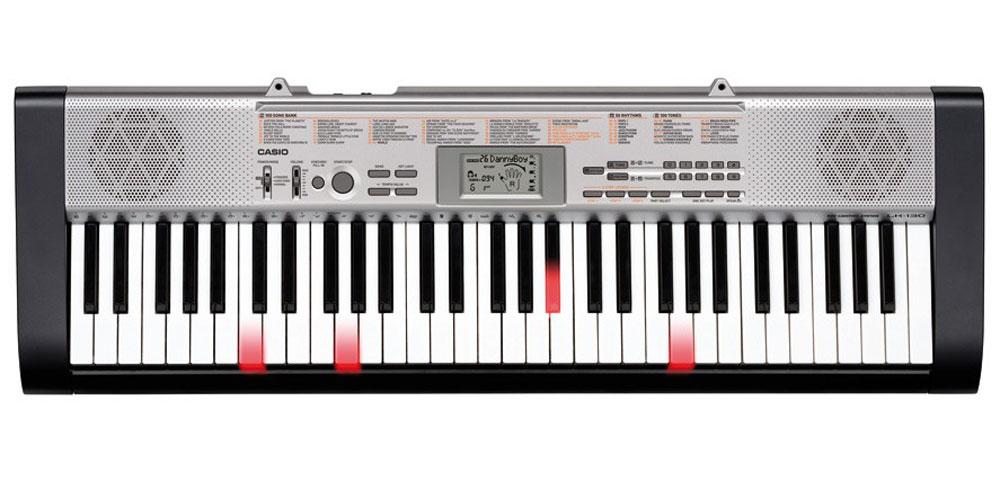 Casio LK-130, Black Silver цифровой синтезаторLK-130С цифровым синтезатором Casio LK-130 знакомиться с музыкой очень легко - благодаря подсветке клавиш. Используя 61 клавишу фортепианного типа и 3-х уровневую систему обучения, новичок очень быстро освоит новые произведения. 100 тембров, 50 потрясающих стилей и 100 встроенных композиций для обучения вдохновят любого, а стильный дизайн и компактность довершат отличное впечатление от инструмента. Динамики: 2 x 2 Вт Выходное сопротивление: 78 Ом
