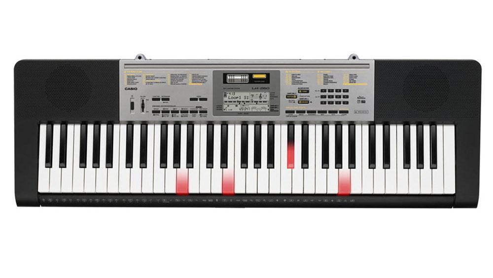Casio LK-260, Black цифровой синтезаторLK-260С помощью инновационной пошаговой системы обучения, с цифровым синтезатором Casio LK-260 можно с первых занятий достичь ощутимого прогресса в освоении музыкальных произведений. Быстрому погружению в мир музыки также помогает 61 клавиша фортепианного типа с чувствительностью к касанию и подсветкой. Функция семплирования вносит в занятия элемент игры и развлечения: используя встроенный микрофон можно записать различные звуки и интегрировать их в ударную группу любого стиля аккомпанемента. Динамики: 2 x 2 Вт Дисплей: 92 x 40 мм LCD (без подсветки) Автовыключение через 6 минут при использовании батарей, через 30 минут при использовании адаптера