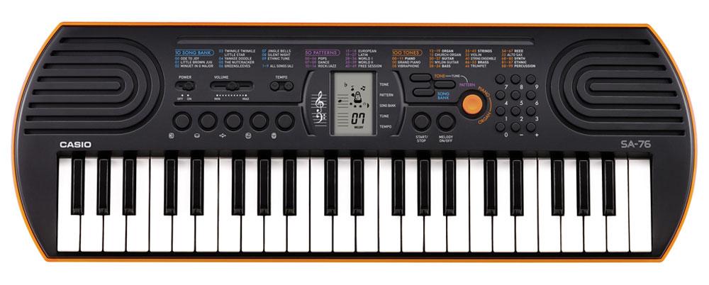 Casio SA-76, Orange цифровой синтезаторSA-76Цифровой синтезатор Casio SA-76 с 44 клавишами предлагает всем начинающим уникальные музыкальные возможности. 100 тембров, 50 стилей, встроенные композиции для обучения, новейший звуковой процессор с серьезной для таких синтезаторов 8-ми нотной полифонией, а также ЖК дисплей, помогающий с первых шагов разобраться в 2-х строчной нотной грамоте - все это делает инструмент отличным помощником для начинающего музыканта. Ваше любимое звучание одним нажатием: кнопка переключения фортепиано / органа дает возможность быстрого выбора звучания. Для переключения достаточно нажать на кнопку. Обширный репертуар из 100 тембров предлагает великолепное качество. Мелодии на каждый вкус: 100 мелодий для разучивания дают возможность освоить разные стили. Наглядно и удобно: ЖК дисплей обеспечивает быстрый доступ ко всем функциям инструмента. Выбери правильный ритм. Барабанные пэды - замечательное введение в мир цифровых ударных...
