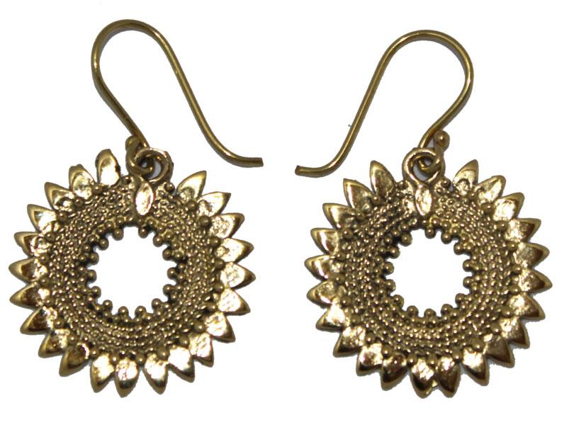 Серьги Ethnica, цвет: золотой. 325050325050-золотойСерьги Ethnica выполнены из металла в в виде цветочков. Изделие оснащено удобным замком-петлей.
