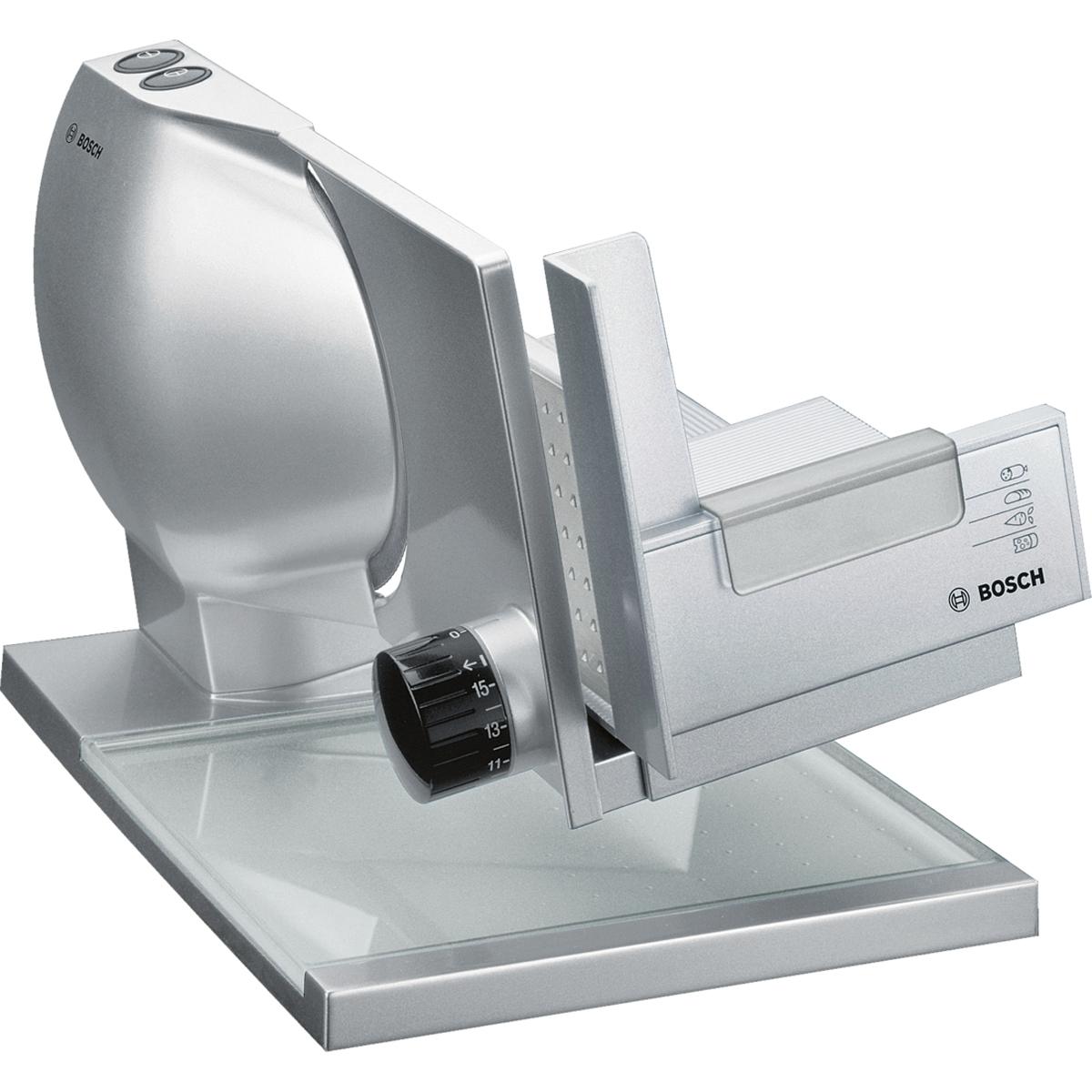 Bosch MAS9454M ломтерезкаMAS9454MПремиальная универсальная резка Bosch MAS9454M имеет металлический корпус и нож с волнообразной заточкой 2 в 1 MultiCut. Хлеб, сыр, ветчина, овощи: острый нож с волнообразной заточкой быстро и качественно нарежет разные виды продуктов ровными ломтиками. Нарежет точно, будь то толстый ломоть хлеба или тончайший кусочек колбасы: благодаря плавно регулируемой толщине нарезки от 0 до 15 мм. Профессиональный подход: благодаря наклонной рабочей поверхности нарезанные кусочки попадают непосредственно на интегрированный сервировочный поднос. Два режима — импульсной и длительной нарезки. Какой из них использовать - зависит от того, сколько надо отрезать кусочков. Защитный кожух ножа, кнопка безопасного включения, а также резиновые ножки для устойчивости и суппорт для подачи продуктов с защитой пальцев обеспечивают безопасную эксплуатацию прибора. Регулировка толщины нарезки до 15 мм Приподнятая рабочая поверхность с...