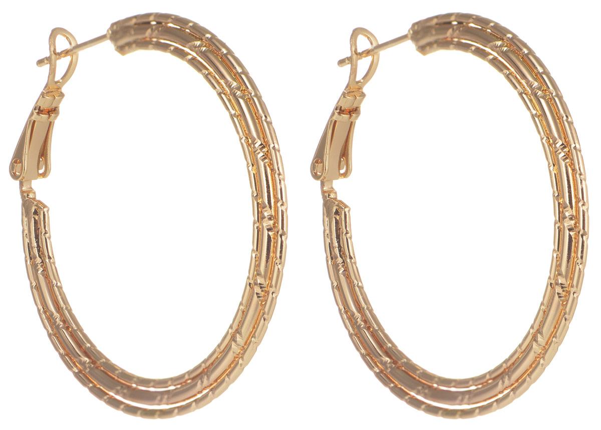 Серьги Taya, цвет: золотистый. T-B-11667T-B-11667-EARR-GOLDОригинальные серьги Taya выполнены из бижутерного сплава. Серьги выполнены из металла в виде колец. Застегиваются на застежку в виде булавки, что обеспечивает надежное удержание серьги. Такие серьги позволят вам с легкостью воплотить самую смелую фантазию и создать собственный, неповторимый образ.