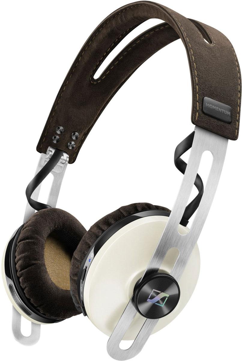 Sennheiser Momentum 2.0 On-Ear Wireless, Ivory наушники506387Наушники Sennheiser Momentum 2.0 On-Ear Wireless отличаются повышенным комфортом и складной конструкцией. В наушниках используются амбушюры новой, ассиметричной конструкции из мягкого воздухопроницаемого материала алькантара (Alcantara). Новые 18-омные преобразователи Sennheiser гарантируют полное, детальное звучание и широкую звуковую картину. Гибридная технология активного шумоподавления NoiseGard в схеме которой, в общей сложности задействованы 4 микрофона отвечает за снижение уровня окружающего шума, а функция VoiceMax, в работе которой используется 2 микрофона отвечает за разборчивость речи. Режим мульти-соединения позволяет работать с двумя устройствами одновременно (сохраняется в памяти до 8 устройств).
