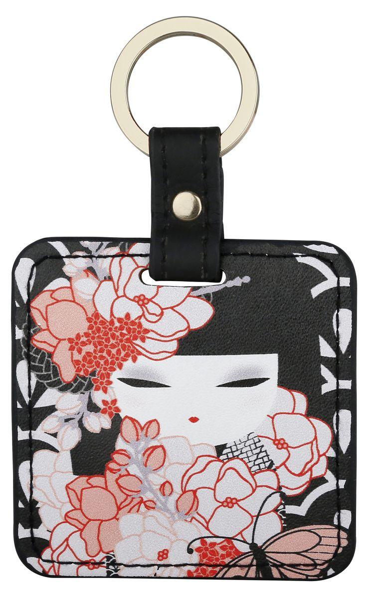Брелок Kimmidoll, цвет: черный. KF1123KF1123Брелок Kimmidoll выполнена из искусственной кожи в форме квадрата с изображением куколки-кокеши - традиционной японской куклы-талисмана. Подвеска оснащена прочным металлическим кольцом для ключей и упакована в подарочную коробку. Этот стильный аксессуар можно использовать как брелок, подвеску на сумку или в автомобиль.