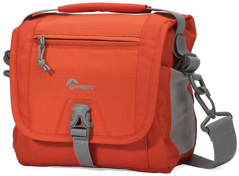 Lowepro Nova Sport 7L AW, Orange сумка для фотокамерыLP36613-PRUПродуманный дизайн сумок со съемным отделением для фотооборудования позволяет эффективно моделировать внутреннее пространство, обеспечивая плотное прилегание камеры и объективов, тем самым надежно предохраняя технику от механических повреждений. Дополнительные кармашки для карт памяти и внешние карманы для других мелких вещей позволяют удобно размещать необходимые аксессуары. Быстрый доступ к камере осуществляется через верхнюю крышку. Эргономичный плечевой ремень, несоскальзывающий с плеча обеспечивает комфорт при транспортировке и при съемке. Сумки серии Lowepro Nova Sport AW надежно защищены от неблагоприятных погодных условий: водоотталкивающий прочный внешний материал предохраняет чувствительную фототехнику от пыли и влаги, а вшитый всепогодный чехол AW (All Weather Cover™) защитит оборудование даже под проливным дождем.