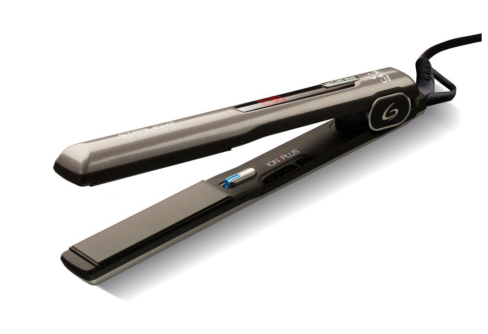 GA.MA Starlight Iht Platinum Ion, Dark Grey выпрямитель для волосP21.SLIGHTDION.PLTВыпрямитель GA.MA Starlight Iht Platinum Ion с турмалиновыми керамическими пластинами обеспечивает равномерное выпрямление волос, делая их гладкими и предотвращая спутывание, придавая волосам здоровый блеск. Благодаря технологии IHT - системе моментального нагрева, - выпрямитель будет готов к работе уже через несколько секунд. Рабочую температуру выпрямителя Starlight можно гибко настроить под тип ваших волос, пользуясь цифровой регулировкой от 150 до 230 °С. Дисплей поможет вам контролировать уровень нагрева, так что вы не пропустите момент готовности выпрямителя к работе! Пластины этого выпрямителя имеют обтекаемую форму, благодаря чему один и тот же инструмент можно использовать не только для выпрямления, но и для завивки волос. Что вам больше подходит - романтические локоны или стильные прямые укладки? Не бойтесь экспериментировать! Благодаря пружинам, размещенным под нагревательными пластинами, подвижные пластины выпрямителя ...