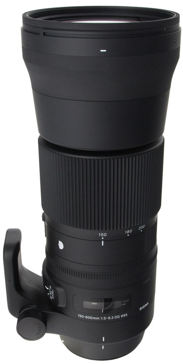 Sigma AF 150-600mm f/5.0-6.3 DG OS HSM Sports телеобъектив для Canon740954Объектив Sigma AF 150-600mm f/5.0-6.3 DG OS HSM Sports предназначен для полнокадровых камер. Отличительными особенностями модели является повышенная прочность и устойчивость к пыли и влаге, а также специальное покрытие тыльной и фронтальной линз, обладающее водо- и жироотталкивающими свойствами. Благодаря этому гиперзум отлично подходит для съемки в экстремальных погодных и полевых условиях. Объектив получил полностью переработанную оптическую конструкцию, включающую 24 элемента в 16-ти группах, в числе которых 3 SLD и 2 FLD стекла, эффективно препятствующие возникновению хроматических аберраций. Минимальное значение девятилепестковой диафрагмы составляет F/22. Данную модель выделяет и ряд других свойств. Так, есть возможность зуммирования тубусом объектива, присутствует замок зума, работающий на всем диапазоне зуммирования, и акселератор стабилизатора изображения, эффективно подавляющий вибрации при горизонтальной и вертикальной проводке. ...
