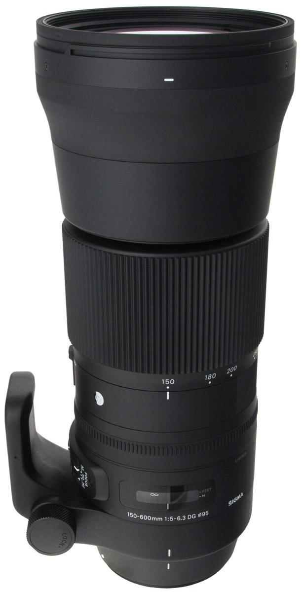 Sigma AF 150-600mm f/5.0-6.3 DG OS HSM Sports телеобъектив для Nikon740955Объектив Sigma AF 150-600mm f/5.0-6.3 DG OS HSM Sports предназначен для полнокадровых камер. Отличительными особенностями модели является повышенная прочность и устойчивость к пыли и влаге, а также специальное покрытие тыльной и фронтальной линз, обладающее водо- и жироотталкивающими свойствами. Благодаря этому гиперзум отлично подходит для съемки в экстремальных погодных и полевых условиях. Объектив получил полностью переработанную оптическую конструкцию, включающую 24 элемента в 16-ти группах, в числе которых 3 SLD и 2 FLD стекла, эффективно препятствующие возникновению хроматических аберраций. Минимальное значение девятилепестковой диафрагмы составляет F/22. Данную модель выделяет и ряд других свойств. Так, есть возможность зуммирования тубусом объектива, присутствует замок зума, работающий на всем диапазоне зуммирования, и акселератор стабилизатора изображения, эффективно подавляющий вибрации при горизонтальной и вертикальной проводке. ...