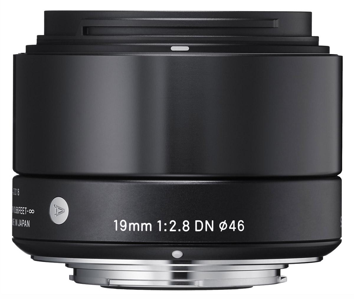 Sigma AF 19mm f/2.8 DN/A, Black широкоугольный объектив для Micro 4/340B963Sigma AF 19mm f/2.8 DN/A - широкоугольный объектив, созданный с применением передовых оптических технологий для любых сюжетов, особенно для съемки пейзажей и в помещениях. Легкая и компактная конструкция объектива имеет длину 45,7 мм и прекрасно сочетается с габаритами беззеркальных фотоаппаратов. Обладая широким углом обзора объектив очень удобен для фотосъемки в помещениях, а также повседневной фотографии. Кроме этого, значительно улучшена функциональность. Простая форма кольца фокусировки, различие текстур каждой части, использование металла как основного материала и цельный корпус – все это составляющие дизайна Sigma AF 19mm f/2.8 DN/A. Использование трех высококачественных литых асферических элементов обеспечивает превосходное исправление искажений и других видов аберрации. Система внутренней фокусировки корректирует колебания для поддержания качества изображения независимо от положения фокуса. Закругленная 7-лепестковая диафрагма...
