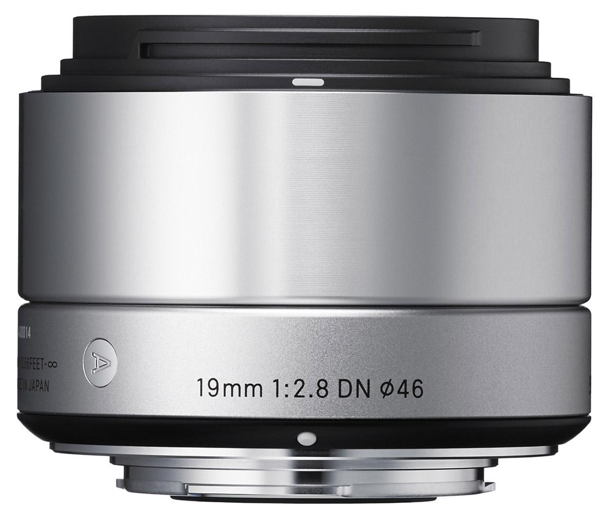 Sigma AF 19mm f/2.8 DN/A, Silver широкоугольный объектив для Sony E (NEX)40S965Sigma AF 19mm f/2.8 DN/A - широкоугольный объектив, созданный с применением передовых оптических технологий для любых сюжетов, особенно для съемки пейзажей и в помещениях. Легкая и компактная конструкция объектива имеет длину 45,7 мм и прекрасно сочетается с габаритами беззеркальных фотоаппаратов. Обладая широким углом обзора объектив очень удобен для фотосъемки в помещениях, а также повседневной фотографии. Кроме этого, значительно улучшена функциональность. Простая форма кольца фокусировки, различие текстур каждой части, использование металла как основного материала и цельный корпус - все это составляющие дизайна Sigma AF 19mm f/2.8 DN/A. Использование трех высококачественных литых асферических элементов обеспечивает превосходное исправление искажений и других видов аберрации. Система внутренней фокусировки корректирует колебания для поддержания качества изображения независимо от положения фокуса. Закругленная 7-лепестковая диафрагма...
