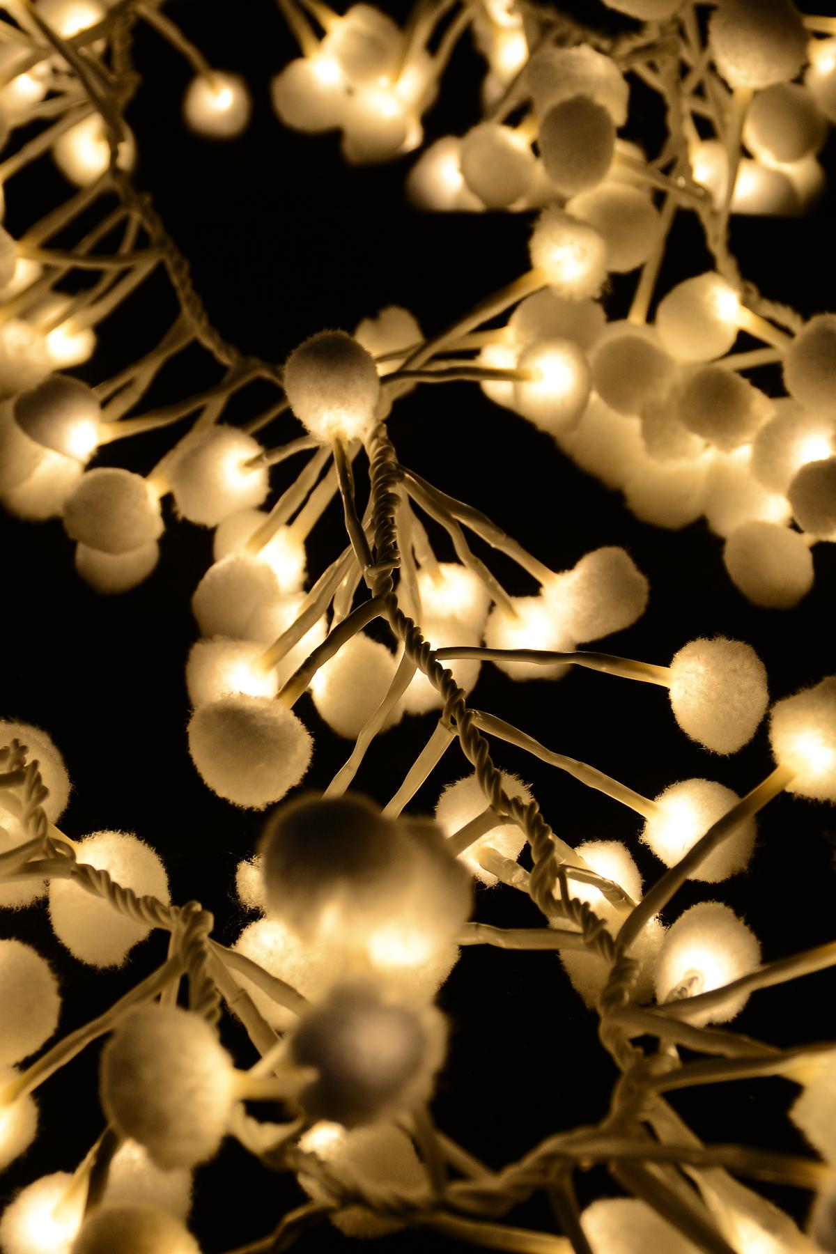 Гирлянда новогодняя электрическая Winter Wings Шары, 192 лампы, 4,8 м. N11286N11286Новогодняя электрическая гирлянда Winter Wings «Шары» украсит интерьер вашего дома или офиса в преддверии Нового года. Лампы выполнены в виде мягких шаров. Оригинальный дизайн и красочное исполнение создадут праздничное настроение. Откройте для себя удивительный мир сказок и грез. Почувствуйте волшебные минуты ожидания праздника, создайте новогоднее настроение вашим дорогим и близким. Материал: ПВХ, пластик, металл. Количество ламп: 192 шт. Мощность: 0,06 Вт Напряжение: 3 В Цвет кабеля: белый.