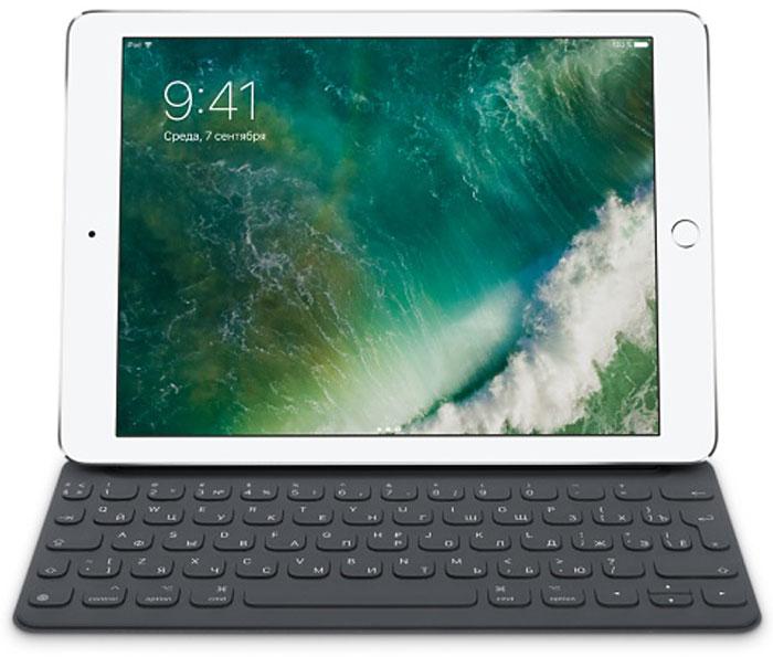 Apple Smart Keyboard чехол-клавиатура для iPad Pro 9,7, GreyMNKR2RS/AДля многих клавиатура остаётся наиболее удобным способом набирать текст и выполнять другие задачи. Клавиатура Smart Keyboard создана с применением передовых технологий, благодаря которым нет необходимости в переключателях, проводах и даже в создании пары с iPad. Это идеальное сочетание функциональности и портативности. Клавиатура поставляется с русско-английской раскладкой. Когда вам понадобится клавиатура, просто откройте Smart Keyboard. А когда дела будут сделаны, сложите её, и она превратится в лёгкую и элегантную обложку. Прочная конструкция позволит выдержать нагрузки повседневного использования. В том числе ваши муки творчества. iOS прекрасно работает с клавиатурой Smart Keyboard и позволяет iPad Pro использовать множество полезных функций QuickType. Выделяйте жирным шрифтом, курсивом, подчёркиванием, копируйте и вставляйте текст или изображения — всего парой касаний. Панель частых команд можно также настроить для сторонних...