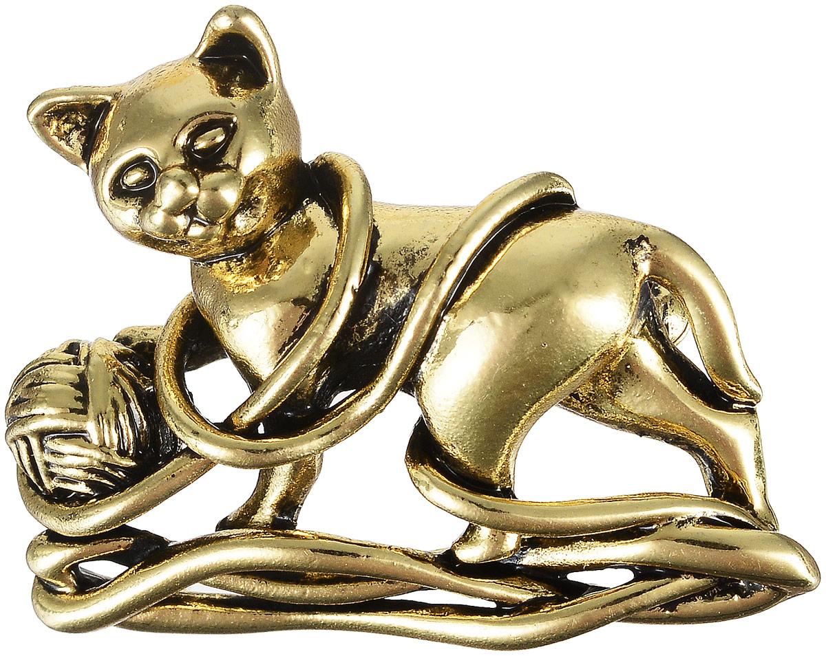 Брошь Fashion House, цвет: золотой. FH27657FH27657Великолепная брошь Fashion House выполнена из металла в виде кошки, запутавшейся в пряже. Изделие крепится с помощью замка-булавки. Такая брошь позволит вам с легкостью воплотить самую смелую фантазию и создать собственный неповторимый образ.