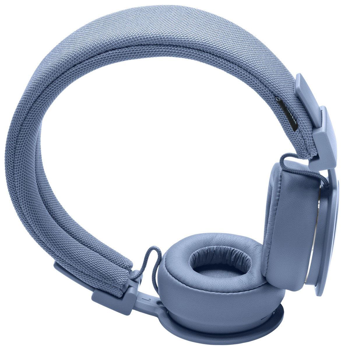 Urbanears Plattan ADV Wireless, Sea Grey наушники15118191Plattan ADV Wireless - это первые Bluetooth-наушники в ассортименте Urbanears. Они оснащены встроенным микрофоном, имеют световой индикатор состояний на чашке излучателя и готовы работать 14 часов без подзарядки. Передвигайтесь свободно, принимайте звонки и слушайте музыку на ходу без путающихся проводов. Нет кабеля - нет проблем! Urbanears Plattan ADV Wireless оснащены съёмным оголовьем и амбушюрами, которые можно подвергать машинной стирке вместе с одеждой. Всегда свежие впечатления даже от знакомой музыки! ZoundPlug - это разъём, позволяющий поделиться вашей музыкой с другом. Просто подключите его наушники к вашим Plattan ADV Wireless через свободный порт.