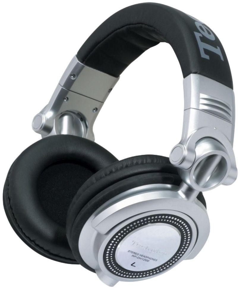 Panasonic RP-DH1200E-S, Silver наушникиRP-DH1200E-SНаушники Panasonic RP-DH1200E-S порадуют вас абсолютным качеством и подарят невероятный комфорт от их использования. Плотно прилегающие к ушам мягкие амбушюры, оснащенные 50-миллиметровыми динамиками, позволяют отчетливо слышать каждую ноту, насладиться отличным звучанием на всем частотном диапазоне. Складывающиеся дужки наушников Panasonic RP-DH1200E-S предоставляют возможность использовать только один динамик, а также комфортно транспортировать их. Для этого в комплект входит специальный чехол. Витой шнур данной модели для максимально комфортного использования можно легко регулировать по длине от 1.2 м до 3 м, а в случае повреждения он легко поддается замене. Позолоченный штекер, посредством которого данная модель подключается к источнику воспроизведения звука, гарантирует безупречный контакт.