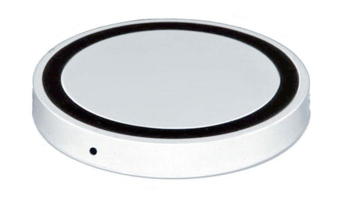 Bradex SU 0047, White беспроводное зарядное устройствоSU 0047Современная техника и гаджеты заполнили ваш дом, но вы до сих пор еще не слышали о беспроводной зарядке устройств? Круглый аккумулятор для смартфонов станет для вас приятным открытием! - Он позволяет заряжать телефон без прямого подключения к сети или ноутбуку. - Просто присоедините миниатюрный Qi-приемник к Вашему смартфону (спрячьте его внутрь устройства при использовании Micro-USB порта, поместите под чехол или подвесьте как брелок — для моделей Iphone c Lightning разъемом). - Теперь вы сможете подзаряжать устройство в любое время, когда не используете его. Просто кладите смартфон на подключенный к базе аккумулятор: во время зарядки вместо красного индикатора загорится синий. Круглый беспроводной аккумулятор для смартфонов: современные технологии для вашего комфорта!