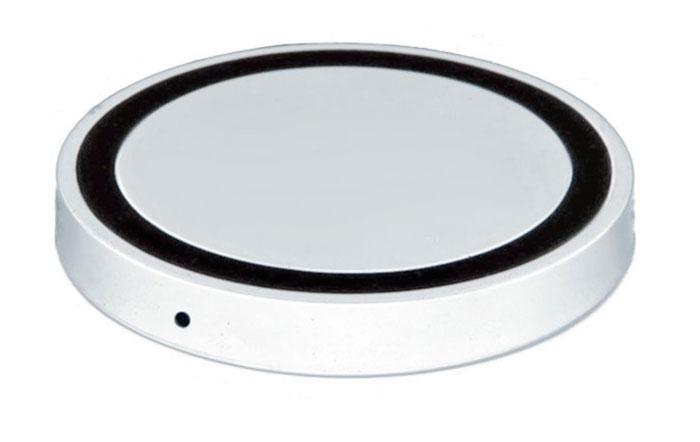 Bradex SU 0049, White беспроводное зарядное устройствоSU 0049Современная техника и гаджеты заполнили ваш дом, но вы до сих пор еще не слышали о беспроводной зарядке устройств? Круглый аккумулятор для смартфонов станет для вас приятным открытием! • Он позволяет заряжать телефон без прямого подключения к сети или ноутбуку. • Просто присоедините миниатюрный Qi-приемник к Вашему смартфону (спрячьте его внутрь устройства при использовании Micro-USB порта, поместите под чехол или подвесьте как брелок — для моделей Iphone c Lightning разъемом). • Теперь вы сможете подзаряжать устройство в любое время, когда не используете его. Просто кладите смартфон на подключенный к базе аккумулятор: во время зарядки вместо красного индикатора загорится синий. Круглый беспроводной аккумулятор для смартфонов: современные технологии для вашего комфорта!