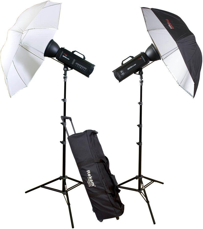 Rekam Master Pro 1000 UM Kit комплект импульсных оcветителей1519000012Rekam Master Pro 1000 UM Kit сформирован на базе импульсных осветителей серии Master Pro. Два осветителя Master Pro 1000, суммарной мощностью до 2000 Дж, отлично подойдут для рекламной и портретной съемки. Микропроцессор в осветителях этой серии дает возможность делать снимки со стабильной цветовой температурой, и измеряемой мощностью источника освещения с шагом регулировки 0,1 ступени. Осветители серии Master Pro имеют удобную цифровую панель управления. В качестве бесплатного дополнения к осветителям серии Master Pro прилагается ресивер, который легко устанавливается в специальный слот на задней панели. Работая на частоте 2,4 ГГц, радио ресивер обеспечивает высокую скорость синхронизации. Кроме осветителей, комплект включает: два универсальных рефлектора; два 5-ти секционных штатива с воздушным амортизатором и AU-1 адаптером; два комбинированных зонта; и удобную сумку на колесах для транспортировки и хранения комплекта.