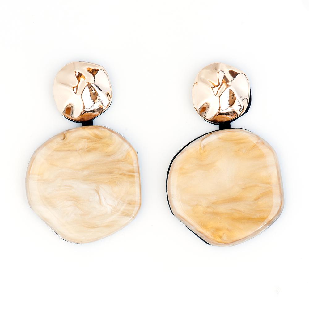 Серьги Selena Accenta, цвет: золотистый, коричневый. 2009133020091330Серьги Selena Accenta изготовлены из латуни с гальваническим покрытием золотом и ацетата. Изделие оснащено удобным замком-гвоздиком. Итальянский ацетат - это дорогой высококачественный полимер, широко применяемый в модной индустрии. Он обладает удивительной особенностью имитировать самые разные природные рисунки и фактуры. Коллекция Accenta - это гимн современности! Модели выполнены в стиле элегантный кэжуал и глэм-рок, они органично впишутся в образ и молодых девушек, и взрослых женщин, чьи взгляды на моду свежи и открыты новому. Все украшения Accenta комплектуются между собой и создают гармоничный ансамбль. Украшения можно носить в любое время года, они уместны на празднике, на прогулке и на работе.