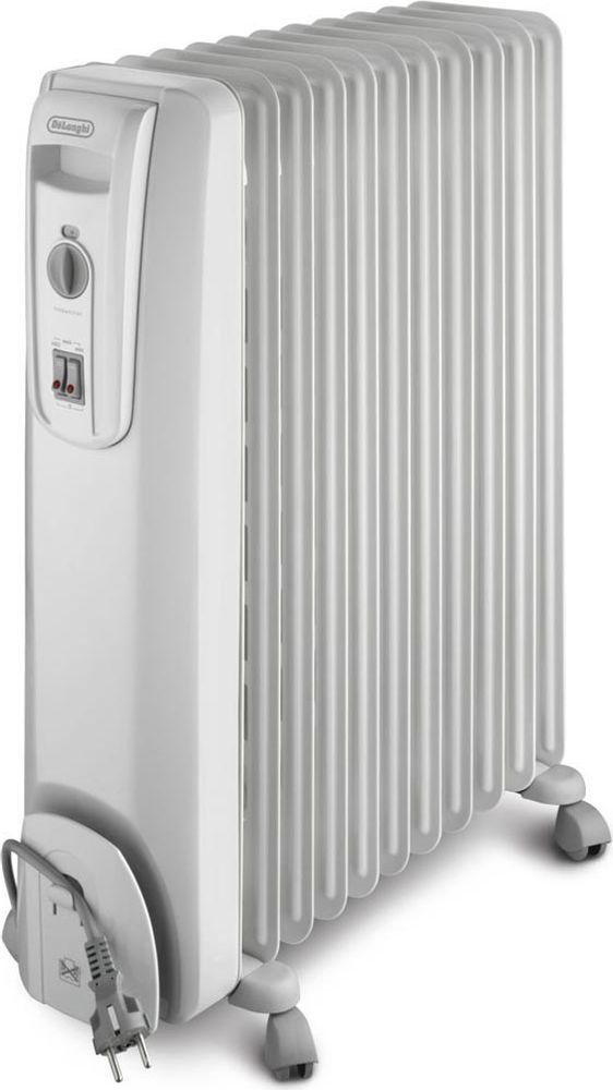 DeLonghi KH770920 масляный радиаторKH770920Масляный радиатор DeLonghi GS 770920 имеет девять секций. Он позволяет обогреть помещение объемом до 60 м. Запатентованные отверстия для выхода теплого воздуха удачно совмещают прекрасную циркуляцию воздуха в помещении и безопасность работы прибора в целом. Радиатор имеет приятный дизайн и серый цвет, благодаря которому любой интерьер не потеряет своей привлекательности. Вы можете выбрать один из трех режимов обогрева. Минимальный с мощностью 900 Вт, средний – 1100 Вт и максимальный – 2000 Вт. Термостат позволяет установить и в автоматическом режиме поддерживать необходимую температуру. Прибор обладает функцией защиты от замерзания. Эта функция активизируется в том случае, когда температура опускается ниже отметки пять градусов, что позволяет предотвратить промерзание стен в помещении. Масляный радиатор оборудован роликами и ручкой для удобного перемещения прибора из комнаты в комнату. Секция для шнура позволяет в случае необходимости спрятать его,...