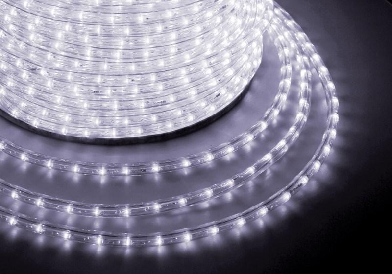 Дюралайт светодиодный Neon-Night, постоянное свечение, 2W, диаметр 13 мм, цвет: белый, бухта 100 м121-125Дюралайт-гибкий световой шнур выполненный из ПВХ трубки с токопроводящими жилами и светодиодами внутри. Используется для декоративной и архитектурной подсветки объектов. Шнур с 2-мя проводами внутри называется фиксинг, такой дюралайт используется в режиме постоянного свечения. Дюралайт с 3-мя и более жилами питания называется чейзинг, светодиоды в чейзинге подключены поочередно к разным жилам, при использовании контроллера это позволяет создавать эффект бегущей волны из поочередно загорающихся светодиодов(режим свечения с динамикой). Дюралайт поставляется в бухтах длинами до 100м, в зависимости от модификации дюралайта модуль резки может составлять от 1 до 6 метров, следуя несложной инструкции потребитель легко может отрезать и подключить отрезок дюралайта нужной ему длины. Каждая бухта уже укомплектована 1 шнуром для подключения, максимальная подключаемая длина 100м. дополнительные шнуры можно приобрести отдельно. Температурный диапазон использования от -40 до +50 С, монтаж при...