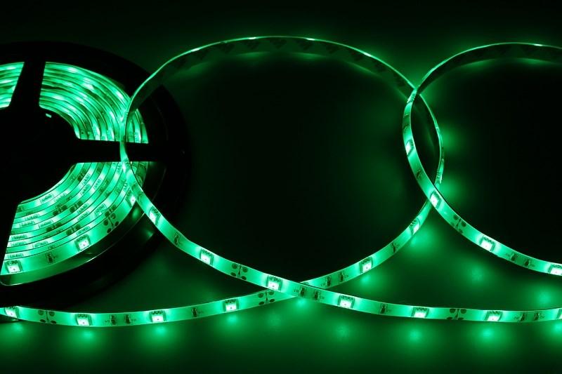 LED лента герметичная в силиконе, ширина 10 мм, IP65, SMD 5050, 30 LED/метр, 12V, цвет LED зеленый141-444Светодиодная лента - гибкая лента на самоклеящейся основе, на которой установлены светодиоды. Может использоваться в подсветке интерьеров, автомобилях, изготовлении световых рекламных конструкций и пр. Работает от напряжения 12 В, поэтому при подключении к обчной бытовой сети 220 В потребуется источник питания 12 В. Плотность установки светодиодов на ленте обеспечивает меньшее энергопотребление и незначительно меньшую яркость для диодов типа 5050 по сравнению с лентой со стандартной плотностью. Цвет свечения - зеленый. Степень влагозащиты IP 65 - лента покрыта прозрачным силиконом, с возможностью установки вне помещений. Светодиодная лента поставляется в катушках длиной 5 метров и имеет модуль резки 100 мм. Следуя несложной инструкции легко можно отрезать и подключить ленту нужной длины.