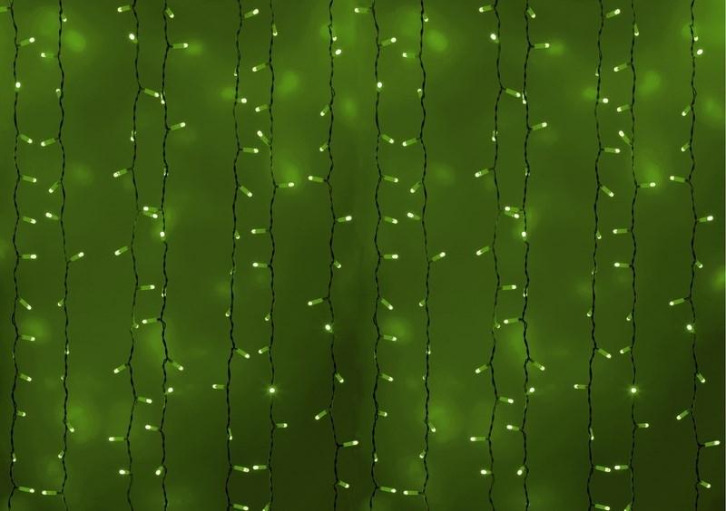 Гирлянда Neon-Night Светодиодный Дождь, постоянное свечение, цвет: белый, зеленый, 2 х 1,5 м235-114Гирлянда Светодиодный Дождь представляет собой гибкий горизонтальный шнур-шину (2м), к которому через определенные промежутки крепятся вертикальные нити (20 шт.) со светодиодными лампами, которые отличаются от «Бахромы» тем, что имеют одинаковую, достаточно значительную длину, часто превышающую протяженность шины. На концах каждой шины есть разъем и штепсель, которые предназначены для последовательного соединения нескольких световых дождей в большой занавес ПЛЕЙ-ЛАЙТ. Используя занавес, можно не только создавать красивые световые занавесы или оформлять различные плоскости, например, фасады домов, окна и т.д., но и украшать объемные объекты. Гирлянду, работающую в непрерывном свечении, называют фиксинг, а использующую режим светодинамики – чейзинг. Светодинамические эффекты становятся доступными только при подключении гирлянды к сети через специальный контроллер. Сегодня в гирляндах источником света служат светодиоды, которые пришли на смену применявшимся ранее лампам накаливания. С...