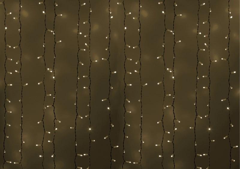 Гирлянда Neon-Night Светодиодный Дождь, постоянное свечение, цвет: белый, 2 х 3 м235-135Гирлянда Светодиодный Дождь представляет собой гибкий горизонтальный шнур-шину (2м), к которому через определенные промежутки крепятся вертикальные нити (20 шт.) со светодиодными лампами, которые отличаются от «Бахромы» тем, что имеют одинаковую, достаточно значительную длину, часто превышающую протяженность шины. На концах каждой шины есть разъем и штепсель, которые предназначены для последовательного соединения нескольких световых дождей в большой занавес ПЛЕЙ-ЛАЙТ. Используя занавес, можно не только создавать красивые световые занавесы или оформлять различные плоскости, например, фасады домов, окна и т.д., но и украшать объемные объекты. Гирлянду, работающую в непрерывном свечении, называют фиксинг, а использующую режим светодинамики – чейзинг. Светодинамические эффекты становятся доступными только при подключении гирлянды к сети через специальный контроллер. Сегодня в гирляндах источником света служат светодиоды, которые пришли на смену применявшимся ранее лампам накаливания. С...