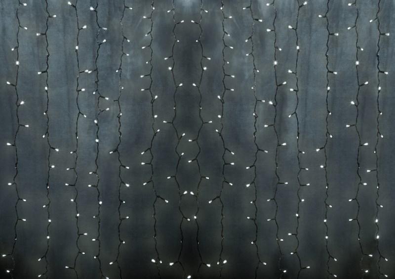 Гирлянда Neon-Night Светодиодный Дождь, постоянное свечение, 448 LED, цвет: прозрачный, мульти, 2 х 3 м235-159-6Гирлянда Светодиодный Дождь представляет собой гибкий горизонтальный шнур-шину (2м), к которому через определенные промежутки крепятся вертикальные нити (20 шт.) со светодиодными лампами, которые отличаются от «Бахромы» тем, что имеют одинаковую, достаточно значительную длину, часто превышающую протяженность шины. На концах каждой шины есть разъем и штепсель, которые предназначены для последовательного соединения нескольких световых дождей в большой занавес ПЛЕЙ-ЛАЙТ. Используя занавес, можно не только создавать красивые световые занавесы или оформлять различные плоскости, например, фасады домов, окна и т.д., но и украшать объемные объекты. Гирлянду, работающую в непрерывном свечении, называют фиксинг, а использующую режим светодинамики – чейзинг. Светодинамические эффекты становятся доступными только при подключении гирлянды к сети через специальный контроллер. Данная гирлянда имеет эффект свечения с переменой цвета. Сегодня в гирляндах источником света служат светодиоды, которые...