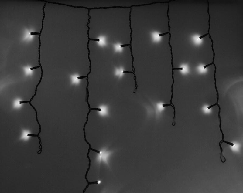 Гирлянда Neon-Nigh Айсикл, светодиодная бахрома, цвет: черный, белый, 4,8 х 0,6 м255-135Гирлянда Айсикл плей-лайт - это световой дождь с нитями разной длины. Она имитирует сосульки и может послужить эффектным и оригинальным решением при декорировании карнизов домов, оконных проемов, арок и других элементов как фасадов здания, так и интерьеров внуренних помещений. Благодаря использованию в гирлянде светодиодов ее отличительной особенностью является изрядная яркость и низкое энергопотребление. Цвет свечения белый. Цвет провода темно-зеленый. Степень влагозащиты позволяет использование на улице. При длине 4,8 метра гибкая направляющая имеет 48 нитей длиной от 20 до 60 см.