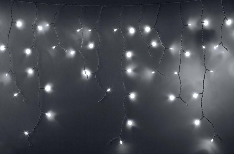 Гирлянда Neon-Nigh Айсикл, светодиодная бахрома, цвет: белый, 4,8 х 0,6 м255-137Гирлянда Айсикл плей-лайт - это световой дождь с нитями разной длины. Она имитирует сосульки и может послужить эффектным и оригинальным решением при декорировании карнизов домов, оконных проемов, арок и других элементов как фасадов здания, так и интерьеров внуренних помещений. Благодаря использованию в гирлянде светодиодов ее отличительной особенностью является изрядная яркость и низкое энергопотребление. Цвет свечения белый. Цвет провода белый. Степень влагозащиты позволяет использование на улице. При длине 4,8 метра гибкая направляющая имеет 48 нитей длиной от 20 до 60 см.