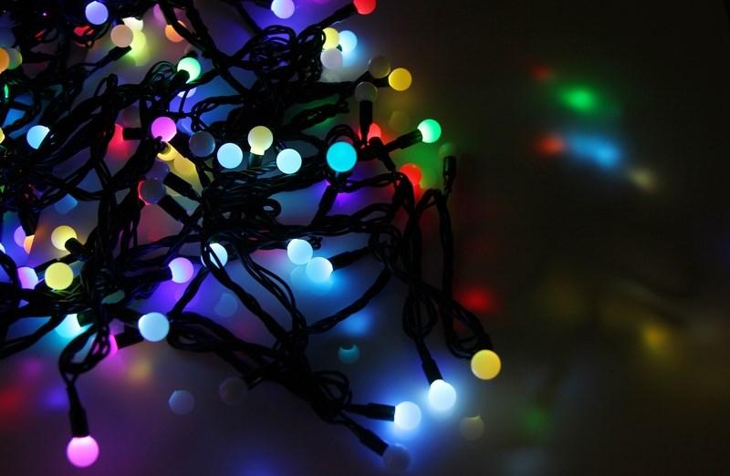 Гирлянда Neon-Night Шарики, светодиодная, 80 LED, диаметры 23 мм, 17,5 мм, 45 мм, 10 м303-589Гирлянда LED - шарики представляет собой электрический шнур, имеющий длину 10 или 20 м, на котором располагаются сверх яркие светодиодные лампы, изготовленные в виде шариков с диаметром 1,3-4,5см. Светодиоды по сравнению с миниатюрными лампами накаливания имеют целый ряд существенных преимуществ. Их отличает чистое и яркое свечение, огромный ресурс, прочность, незначительное потребление энергии, надежность. Гирлянда LED - шарики обладает эффектом смены цветов. Такая гирлянда позволяет получить неповторимые светодинамические картины, коренным образом отличающиеся от существующих сегодня типов световых эффектов. Гирлянда LED - шарики великолепно подходит для украшения витрин магазинов, помещений, больших интерьерных и уличных елок, превращая их в настоящие произведения искусства. Благодаря хорошей влагозащищенности гирлянду можно использовать как в помещении, так и на улице. Данная гирлянда имеет длину 10м. на которой равномерно расположены 80 шариков диаметром 45мм, 23мм,...