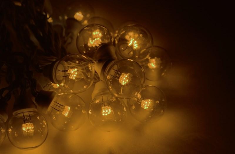 Гирлянда Neon-Night Galaxy Bulb String, светодиодная, влагостойкая, 30 ламп х 6 LED, каучуковый провод, цвет: черный, желтый, 10 м331-321Гирлянда LED Galaxy Bulb String внешне схожа с гирляндой Belt-light. Отличается она тем, что уже готова к использованию, на шине через каждые 33 см уже смонтированы прозрачные лампочки диаметром 45 мм, в каждой из которой есть 6 диодов. Благодаря своей степени защиты гирлянда может быть использована как в помещении, так и на улице, даже в сильный мороз. Данная гирлянда имеет длину 10 м, на которой равномено расположено 30 лампочек желтого цвета свечения.