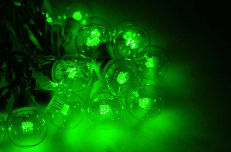 Гирлянда Neon-Night Galaxy Bulb String, светодиодная, влагостойкая, 30 ламп х 6 LED, каучуковый провод, цвет: черный, зеленый, 10 м331-324Гирлянда LED Galaxy Bulb String внешне схожа с гирляндой Belt-light. Отличается она тем, что уже готова к использованию, на шине через каждые 33 см уже смонтированы прозрачные лампочки диаметром 45 мм, в каждой из которой есть 6 диодов. Благодаря своей степени защиты гирлянда может быть использована как в помещении, так и на улице, даже в сильный мороз. Данная гирлянда имеет длину 10 м, на которой равномено расположено 30 лампочек зеленого цвета свечения.