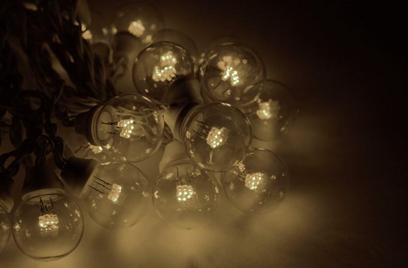 Гирлянда Neon-Night Galaxy Bulb String, светодиодная, влагостойкая, 30 ламп х 6 LED, каучуковый провод, цвет: черный, теплый белый, 10 м331-326Гирлянда LED Galaxy Bulb String внешне схожа с гирляндой Belt-light. Отличается она тем, что уже готова к использованию, на шине через каждые 33 см уже смонтированы прозрачные лампочки диаметром 45 мм, в каждой из которой есть 6 диодов. Благодаря своей степени защиты гирлянда может быть использована как в помещении, так и на улице, даже в сильный мороз. Данная гирлянда имеет длину 10 м, на которой равномено расположено 30 лампочек тепло-белого цвета свечения.