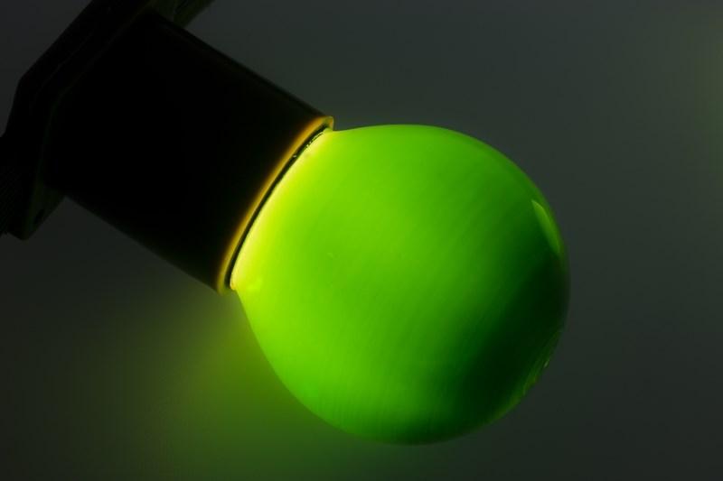 Лампа Neon-Night, цоколь Е27, 10 Вт, цвет колбы: зеленый401-114Декоративные лампы накаливания гирлянд Belt Light служат для придания свечению нужного цвета, который позволит создать праздничную атмосферу и украсить не только уличные элементы, но и интерьеры помещений. Колба лампы имеет форму шара диаметром 45мм, что позволяет увеличить площадь свечения и насыщенность светом окружающего пространства. Стекло лампы окрашено специальной влагостойкой светопропускающей краской придающей свету нужный оттенок. Декоративная лампа имеет стандартный цоколь Е27, при помощи которого установка является весьма простой процедурой не занимающей много времени. Потребление лампы составляет всего 10Вт, что позволяет снизить затраты на электроэнергию. Специальная конструкция лампы разработана таким образом, что при выходе из строя одной лампы все остальные в гирлянде Belt Light остаются работать, что позволяет без труда отыскать перегоревшую лампу и заменить. Лампы используются с гирляндами Belt Light двух или пятижильными, а при ипользовании специального контроллера...